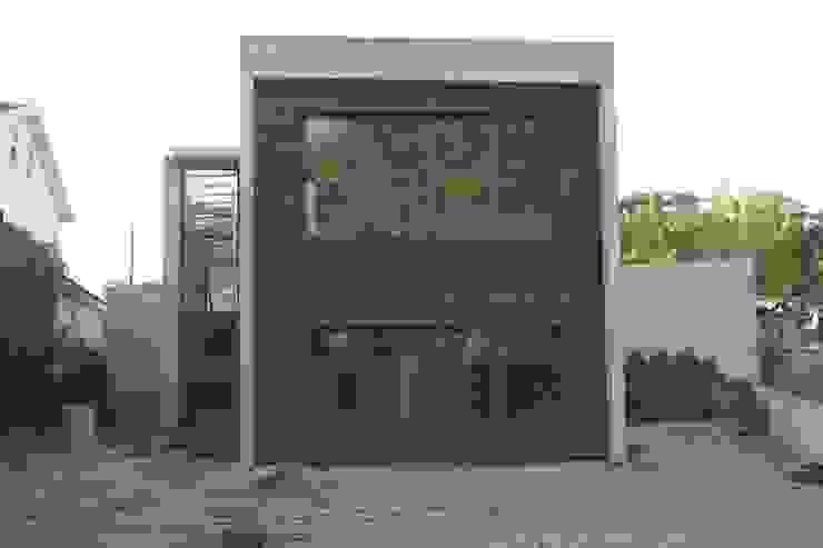 Дома в . Автор – Dynamic444, Модерн Твердая древесина Многоцветный