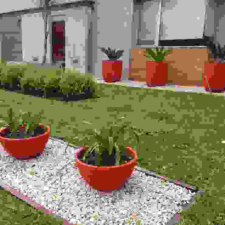 un jardin moderno con grandes macetas rojas: Jardines de estilo  por BAIRES GREEN,Moderno