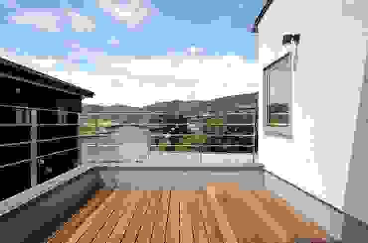 Uwano House モダンデザインの テラス の 株式会社シーンデザイン建築設計事務所 モダン