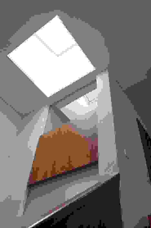 Uwano House オリジナルスタイルの 玄関&廊下&階段 の 株式会社シーンデザイン建築設計事務所 オリジナル