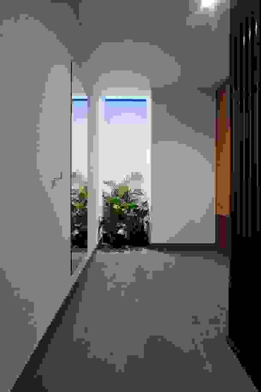 Uwano House モダンスタイルの 玄関&廊下&階段 の 株式会社シーンデザイン建築設計事務所 モダン
