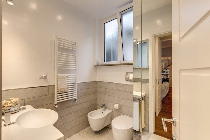 Modern bathroom by homify Modern
