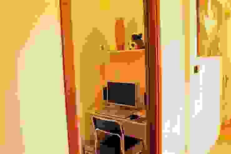 Oficinas y bibliotecas de estilo moderno de ATELEON Moderno