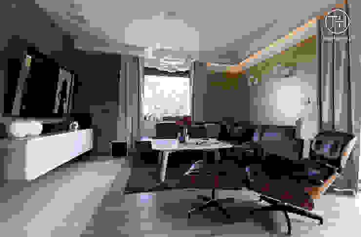 STYLOWY ANTRACYT Nowoczesny salon od TOKA + HOME Nowoczesny Drewno O efekcie drewna