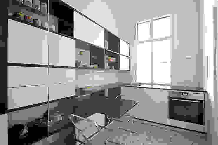 Un monolocale moderno e versatile Cucina moderna di Mosaic del Sur Moderno