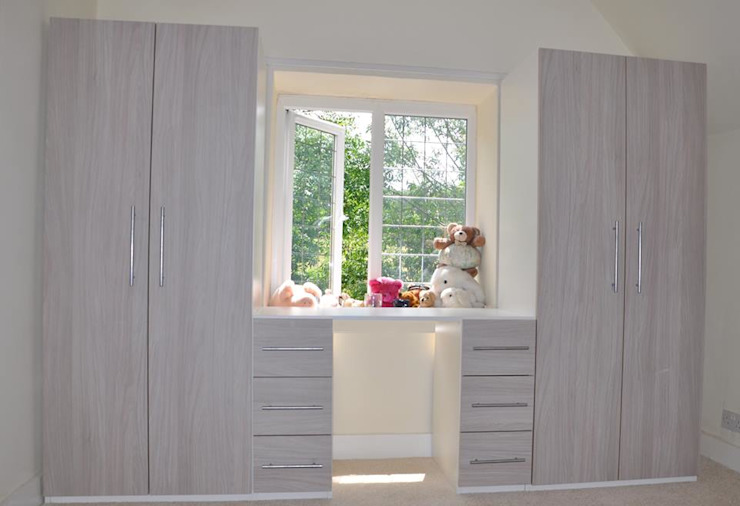 Wardrobes and Closets: classic  by Piwko-Bespoke Fitted Furniture, Classic Chipboard