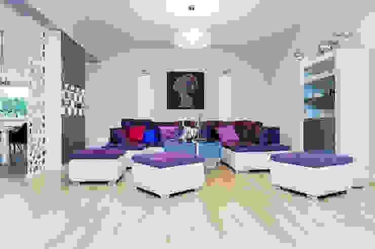 Salas / recibidores de estilo  por Kameleon - Kreatywne Studio Projektowania Wnętrz, Moderno