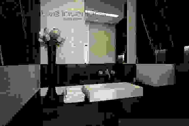 Marmur i masa perłowa w łazience Klasyczna łazienka od Inventive Interiors Klasyczny Marmur