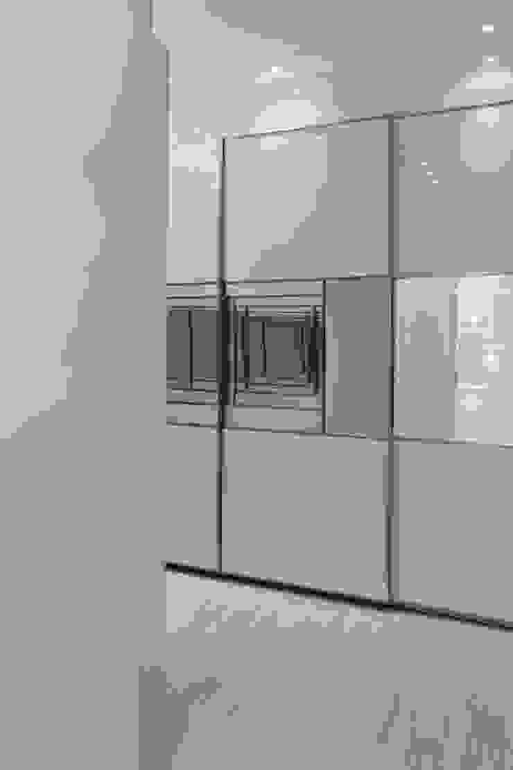 Arquiteto Aquiles Nícolas Kílaris Vestidores de estilo moderno Tablero DM Blanco