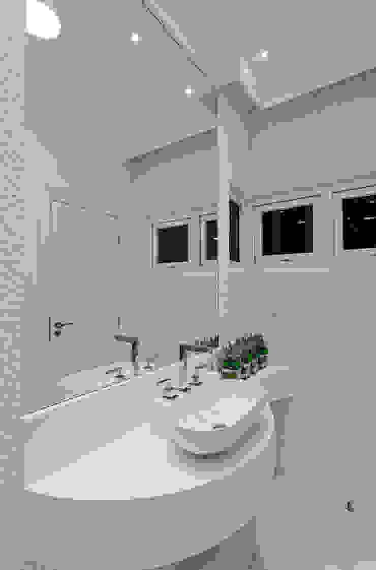 Arquiteto Aquiles Nícolas Kílaris Baños de estilo moderno Mármol Blanco