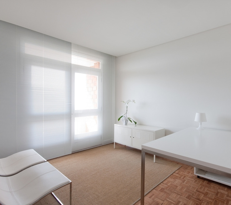 uma casa e o mar Espaços de trabalho minimalistas por p+v arq Minimalista