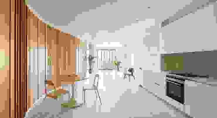 Apartamentos en Paseo de Gracia, Barcelona - 04 Salones de estilo moderno de THK Construcciones Moderno Madera Acabado en madera
