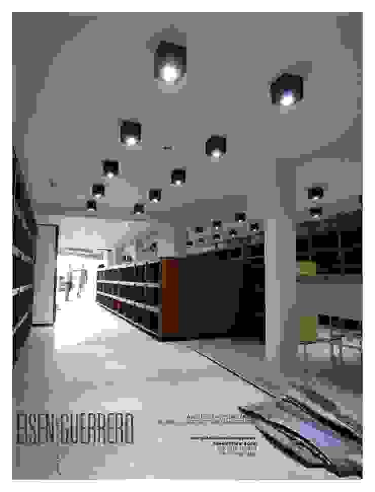 Vista Interior avances. Mobiliario, estantes y lamparas tipo cubo en laqueado. Proyecto y planificación EISEN Arquitectura + Construccion Bodegas de vino de estilo minimalista
