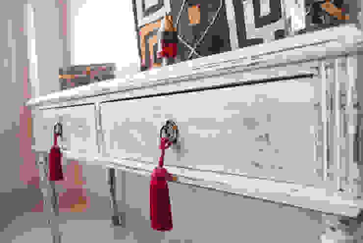 Pequeño mueble ingles Restaurado . Decapado en blanco de Diseñadora Lucia Casanova Ecléctico