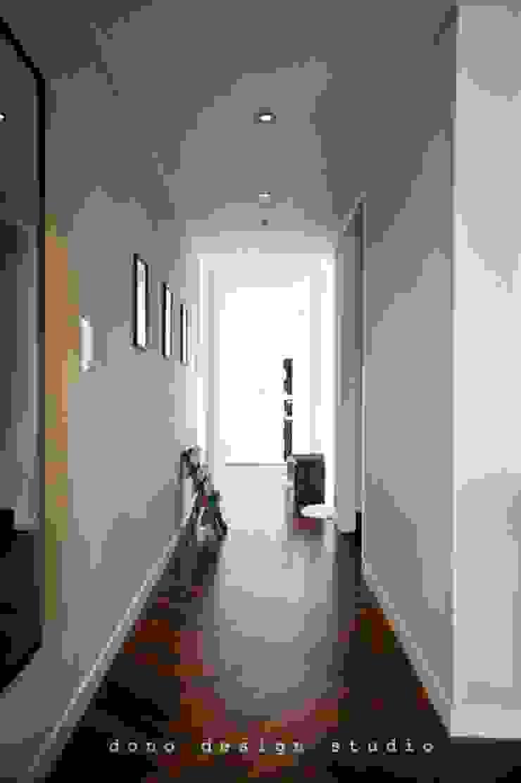 Pasillos, vestíbulos y escaleras de estilo moderno de 도노 디자인 스튜디오 Moderno
