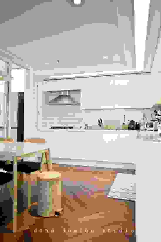 Cocinas modernas de 도노 디자인 스튜디오 Moderno