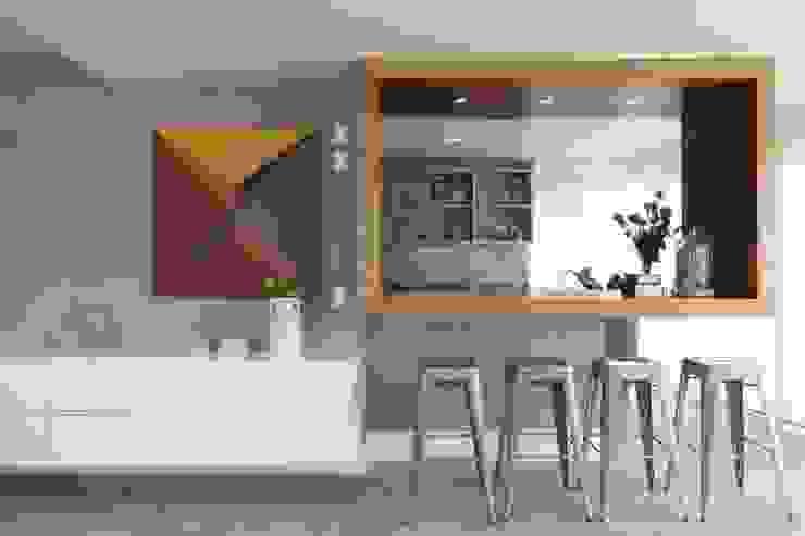 Léo Shehtman Arquitetura e Design Minimalist corridor, hallway & stairs