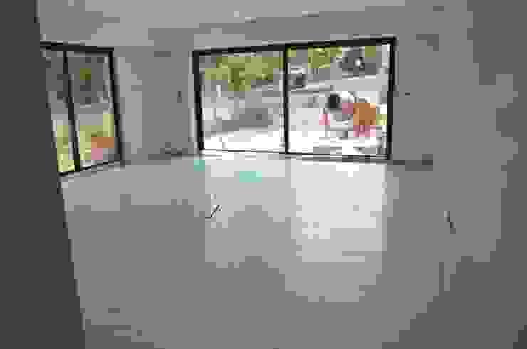 Salones de estilo moderno de Dynamic444 (departamento de climatização) Moderno