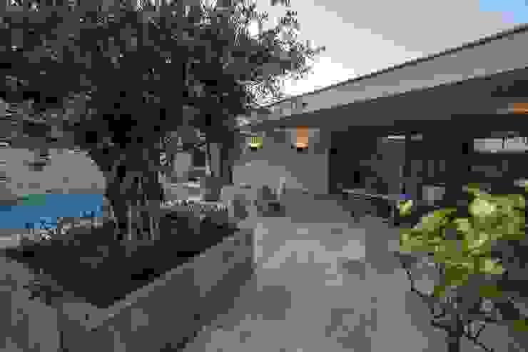 Modern terrace by Engelman Architecten BV Modern