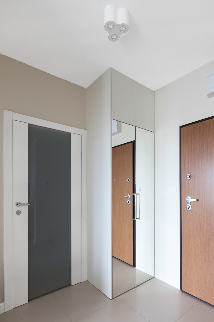 Pasillos, vestíbulos y escaleras de estilo moderno de Decoroom Moderno