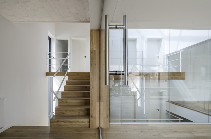 Modern Corridor, Hallway and Staircase by PAWEL LIS ARCHITEKCI Modern Wood Wood effect
