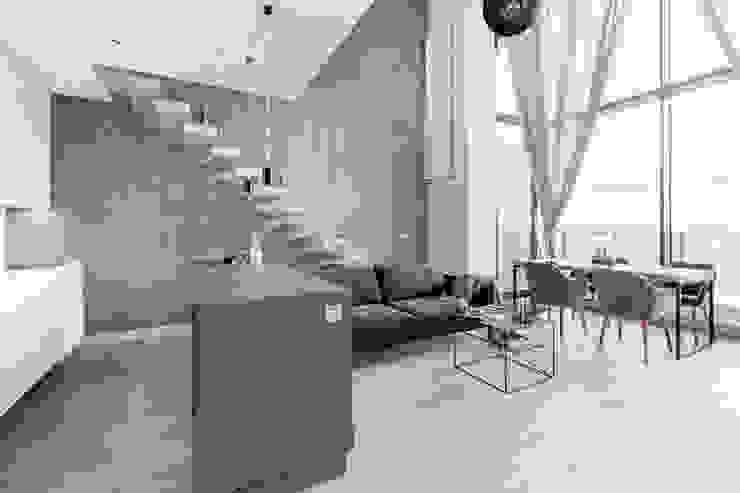 Salon de style  par Decoroom, Moderne