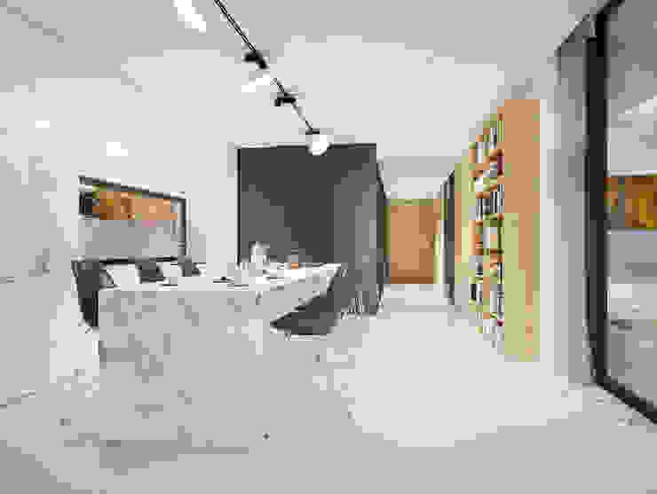Salle à manger minimaliste par PAWEL LIS ARCHITEKCI Minimaliste Céramique