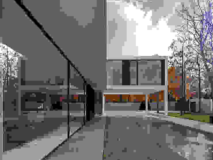Balcones y terrazas de estilo minimalista de PAWEL LIS ARCHITEKCI Minimalista Madera maciza Multicolor