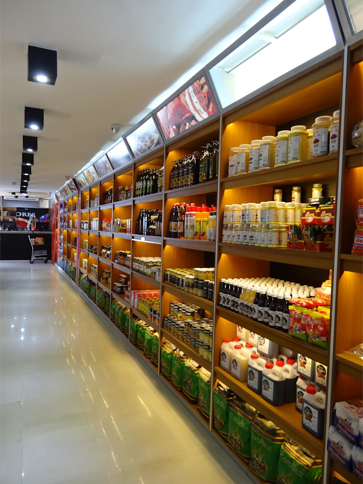 Vista de la estantería de productos. EISEN Arquitectura + Construccion Bodegas de vino de estilo minimalista