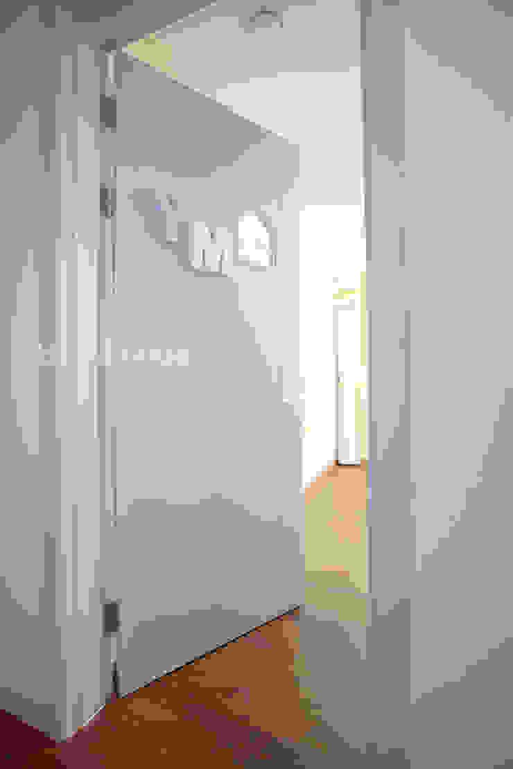 시원한 블루가 포인트 되어주는 인테리어 모던스타일 창문 & 문 by 퍼스트애비뉴 모던