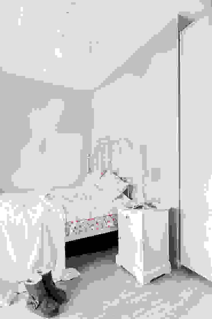 przytulne , kobiece wnętrze Klasyczna sypialnia od Decoroom Klasyczny