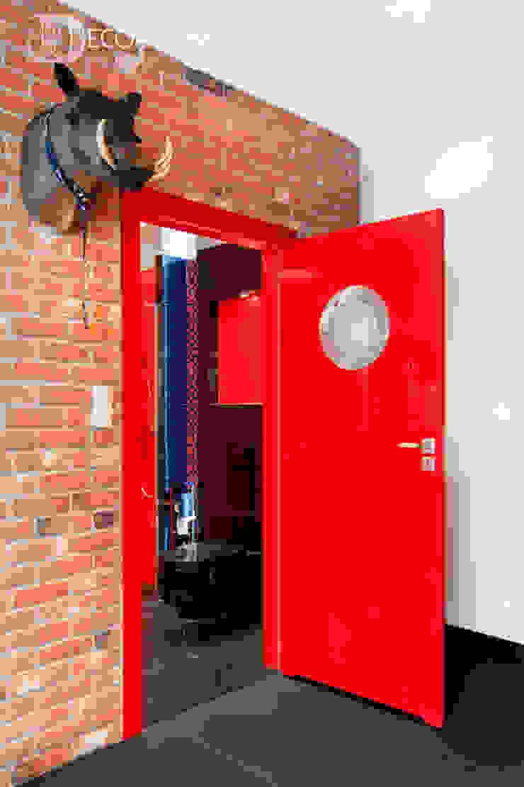 męskie mieszkanie Nowoczesny korytarz, przedpokój i schody od Decoroom Nowoczesny