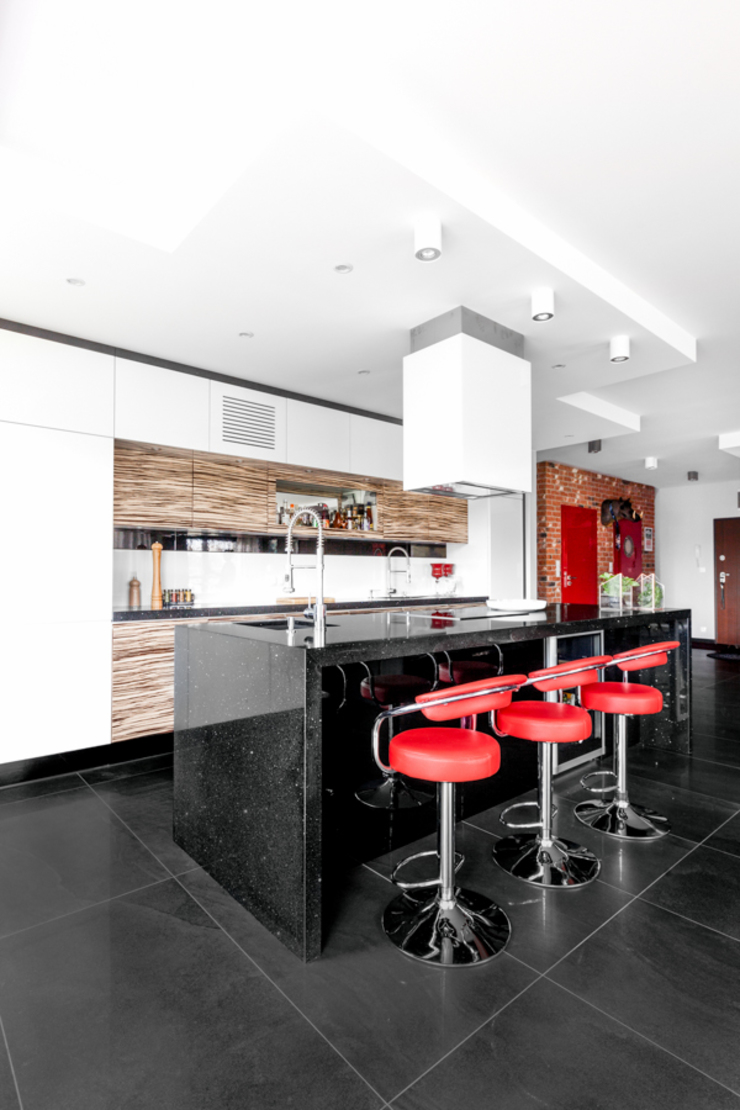 męskie mieszkanie Nowoczesna kuchnia od Decoroom Nowoczesny