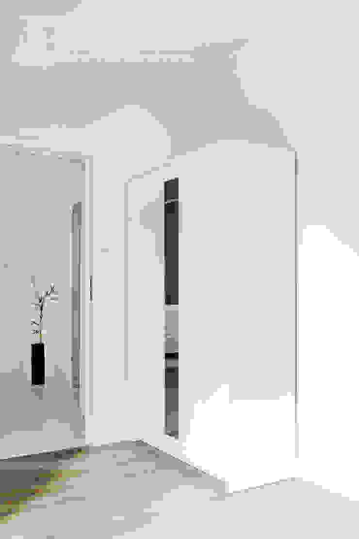 w drewnie, bieli i szarościach Klasyczna sypialnia od Decoroom Klasyczny