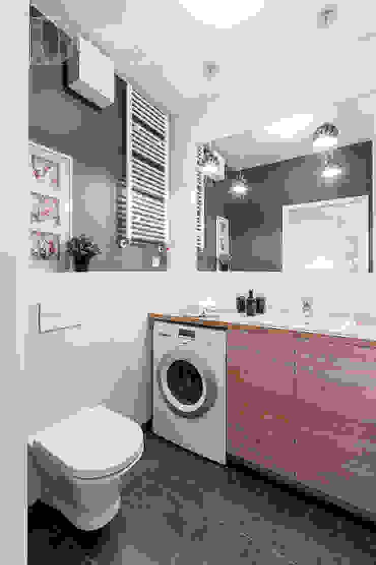 w drewnie, bieli i szarościach Klasyczna łazienka od Decoroom Klasyczny
