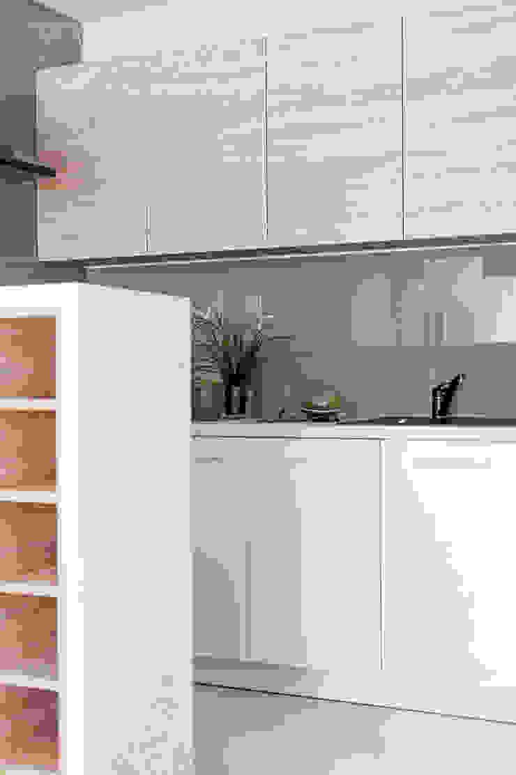 w drewnie, bieli i szarościach Klasyczna kuchnia od Decoroom Klasyczny