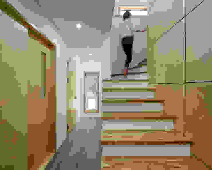 Pasillos, vestíbulos y escaleras modernos de B.U.S Architecture Moderno