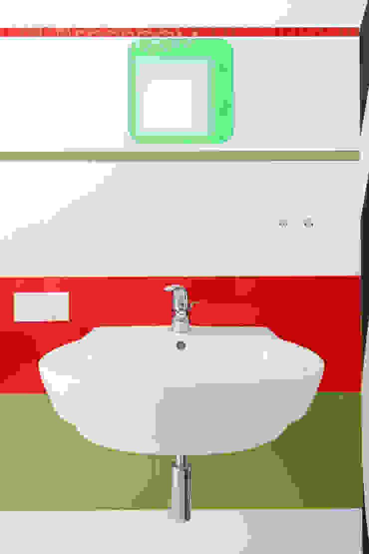 Modern bathroom by Decoroom Modern