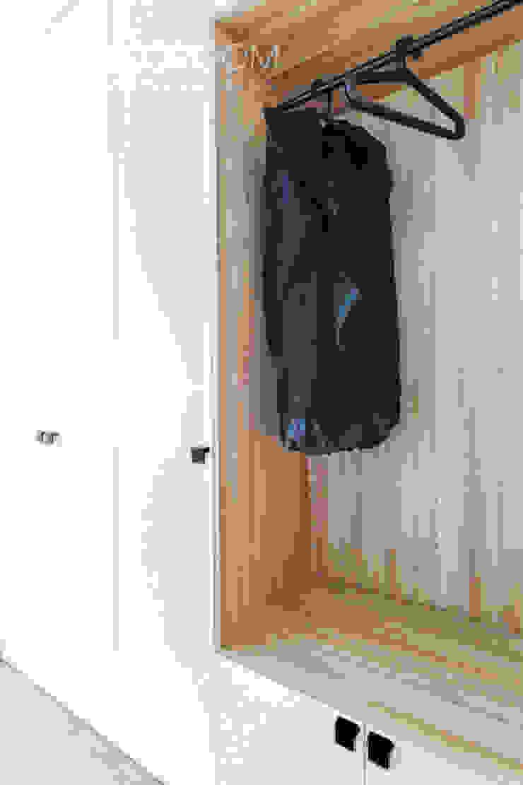 Modern dressing room by Decoroom Modern