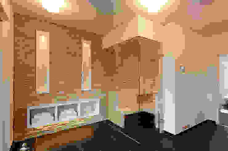 Steinwand in der Sauna Erdmann Exklusive Saunen Moderne Badezimmer
