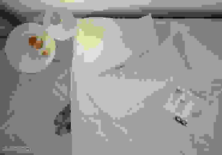 Easy bedroom di Eloisa Conti Visual Minimalista