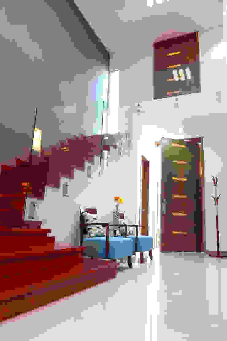 Nowoczesny korytarz, przedpokój i schody od arketipo-taller de arquitectura Nowoczesny