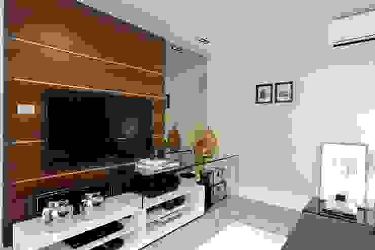 Медиа комната в стиле модерн от RODRIGO FONSECA | ARQUITETURA E INTERIORES Модерн