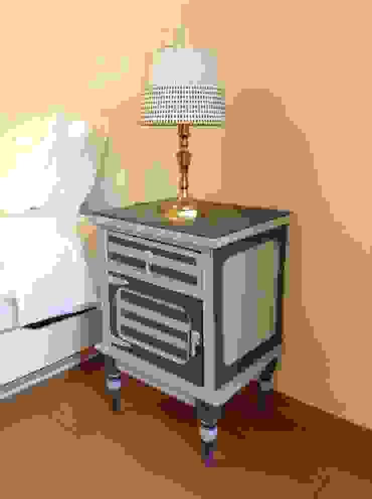 Mesa de Cabeceira pintada por Pirata Design Rústico Madeira Acabamento em madeira