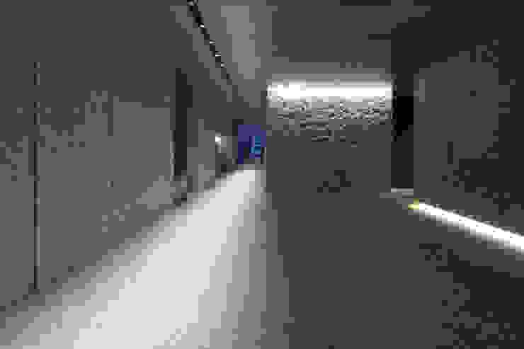 長府博多ビジネスセンター(福岡) モダンスタイルの 玄関&廊下&階段 の 株式会社ライティングM モダン