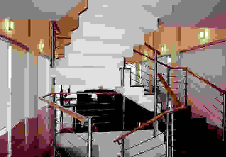 Casa M: Pasillos y recibidores de estilo  por alexandro velázquez,