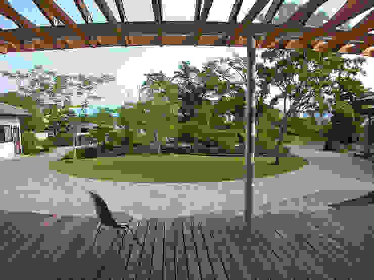 ルーバーバルコニーのある家 モダンデザインの テラス の 飯井建築設計事務所 モダン