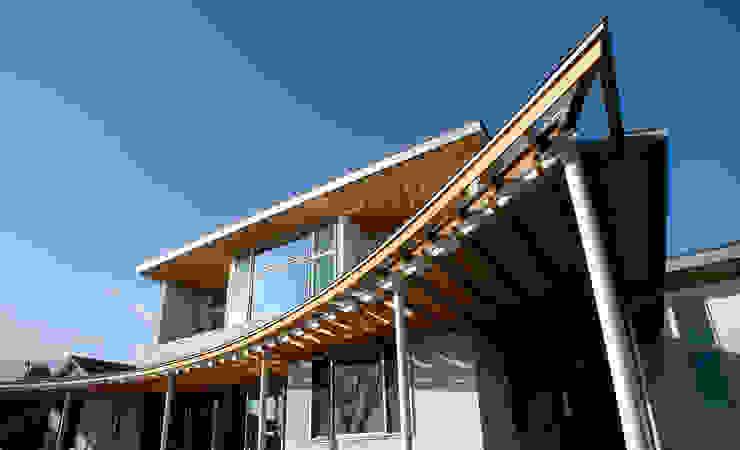 ルーバーバルコニーのある家 モダンな 家 の 飯井建築設計事務所 モダン