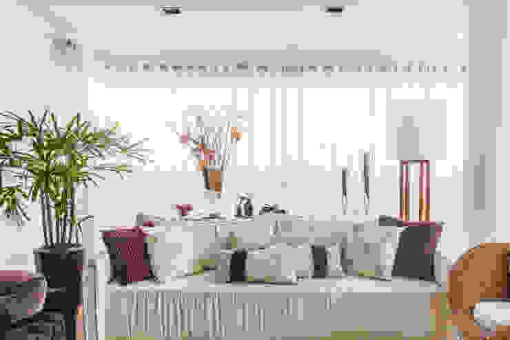 04_Projeto de Interiores Salas de estar modernas por Paula Carvalho Arquitetura Moderno