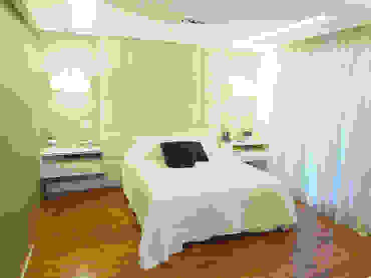 モダンスタイルの寝室 の Paula Carvalho Arquitetura モダン